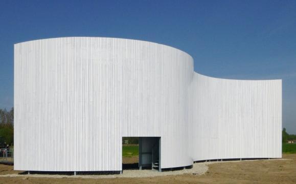 Voor het nieuwe Vredesmonument in Gentbrugge werd er gebruikgemaakt van thermisch gemodificeerd naaldhout met een afwerkingskleur op maat