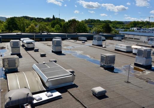 Alle klimaatsystemen staan op het dak, waar ze de lucht onder alle weersomstandigheden kunnen aan- en afvoeren