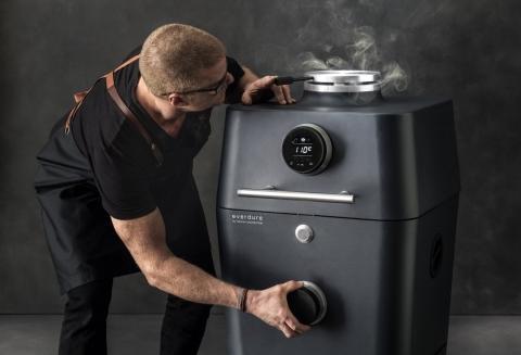 Dankzij diverse hittesensoren kan je trouwens de temperatuur van de barbecue perfect bepalen en aflezen via een touchscreen; nooit meer een verbrand of nog rauw stukje vlees dus!