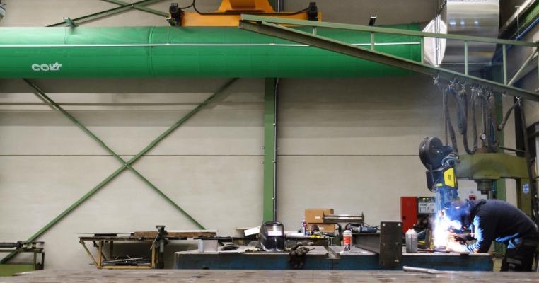 Het nieuwe luchtverdeelsysteem werkt aanvullend op de bestaande, lokale bronafzuiging boven de lasposten
