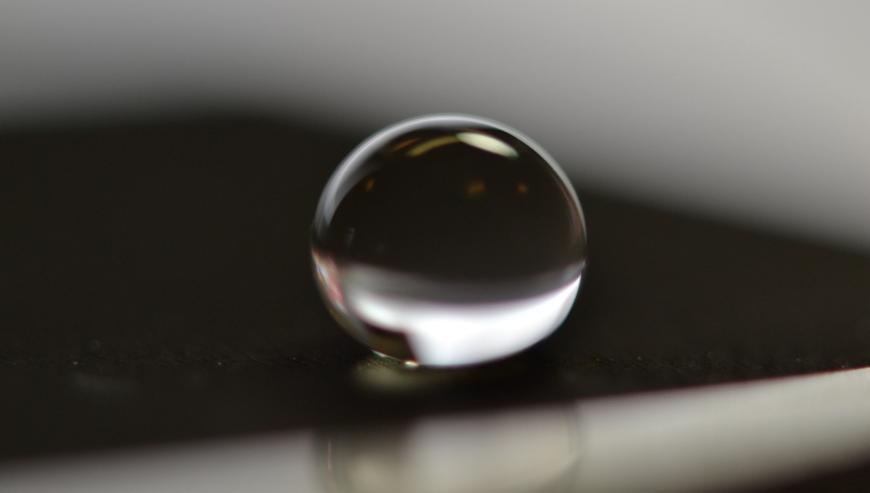 Llasertextureren wordt gebruikt om een superhybrofoob oppervlak te creëren