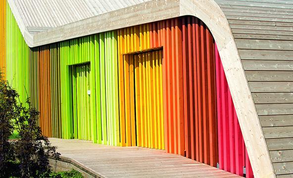Qui dit lasures, pense directement à la teinte uniforme de fenêtres, de portes et de bois de jardin. Elles permettent pourtant aussi de créer des effets très créatifs et décoratifs