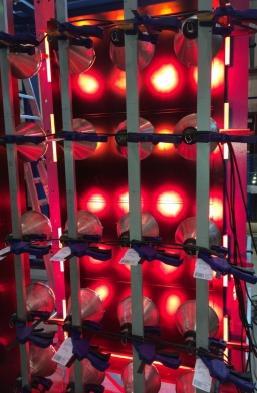 Grâce à l'acquisition d'un propre simulateur de soleil, il fut possible de tester le comportement de tous les éléments de la conception des portes sous une charge thermique