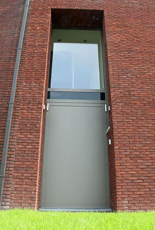 In moderne, strakke architectuur is er een tendens naar grote deuren. Het moet wel nog haalbaar zijn met het oog op de EPB-eisen