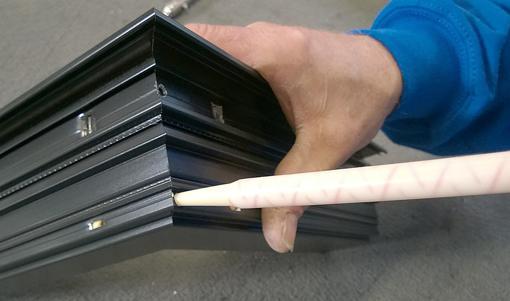 Bij het aanbrengen van de 2K-lijm moet u gebruikmaken van een statische mengpijp. Dit is een pipet waarin er binnenin een spiraalvormig kanaal is aangebracht en die de beide componenten optimaal met elkaar vermengt
