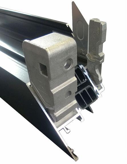 Per kopse zijde worden drieverschillende types hoekstukken ingebracht, waarbij elk type hoekstuk precies is afgestemd op de op te vullen kamer