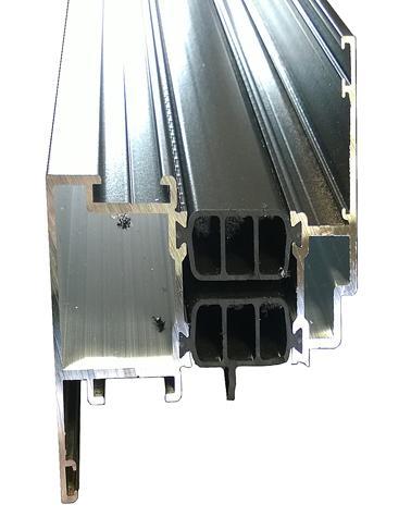 Typische doorsnede van een aluminium raamprofiel. De thermische onderbreking in het midden is gemaakt van polyamide