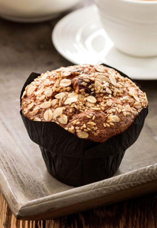 De Baker & Baker Premium Muffin Superfruit van CSM Bakery Solutions bevat rood fruit (veenbessen, blauwe bessen, gojibessen en frambozen) en oergranen,  en is afgewerkt met sesam en haver