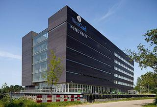 Le revêtement de façade des bâtiments moyens à hauts doit satisfaire aux exigences de réaction au feu de classeB-s3,d1 (photo: Ikea Hotel Delft)