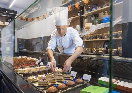 Symbolen van kwaliteit zoals een witte jas bij een chocolatier, een onderzoek naar chocolade en de vermelding in een gids dragen bij tot je geloofwaardigheid