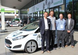 Wim Dierckx (Schaeffler Benelux), Christian Hessler (Schaeffler Deutschland),Danny Van Parys (PMG) en Steven Destrijker (Schaeffler Benelux) voor de Ford Fiesta conceptcar met de derde generatie Schaeffler E-Wheel Drive