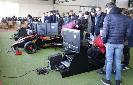 De studenten verwonderden zich op simulatoren en op echte voertuigen over de nieuwste technologieën