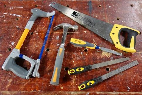 scie égoïne, scie à métaux, marteau à panne fendue, ciseau à bois, lime, râpe