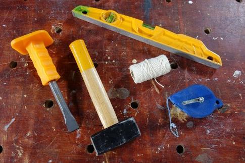 masse, burin, niveau, corde de maçon, cordeau traceur