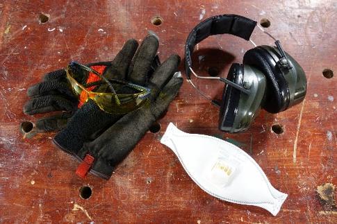 paire de lunettes de sécurité, gants de travail, protections auditives
