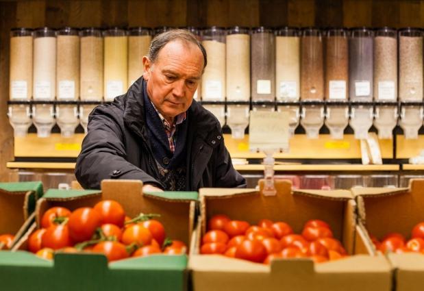 Consumenten kopen steeds bewuster. De omzet van Fairtrade-producten groeide met bijna een kwart aan, en ook biologische producten deden het in 2017 alweer beter (foto: Lisa Develtere)