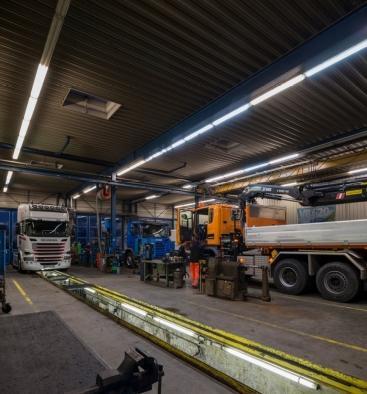 Voor en na: in het kader van een LaaS-project werd de verlichting in de vrachtwagengarage van Scania in Götzis (Oostenrijk) volledig vernieuwd