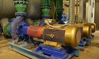 De drie inductiemotoren in het pomphuis zijn vervangen door efficiëntere synchrone reluctantiemotoren. Die hebben een vermogen van 22kW in plaats van 37kW