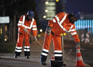 Het dragen van signalisatiekledij is verplicht voor wie tewerkgesteld is aan werkzaamheden op en langs de openbare weg