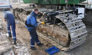 Het rijwerkonderstel is het duurste deel van de rijwerkmachine. Ondanks de stilstandtijd loont goed en tijdig onderhoud de moeite. Beschadigde delen kun je slechts tijdelijk oplappen. Vervanging dringt zich snel op