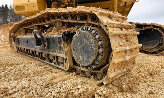 Het verwijderen van opgehoopte ondergrond is van belang om de spanning van de banden te behouden. Zeker wanneer er werd gewerkt op een hard, oneffen terein