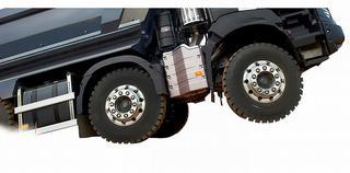 Divers facteurs influencent le choix des pneus pour les camions de chantier: capacité de charge, distance par rapport au sol, traction, …