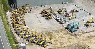 Le parc de machines Persyn comporte, e.a., 8 camions, 2 grues mobiles sur camion, 30 grues sur chenilles, 2 grues sur pneus, 2 grues télescopiques et 5 grues à tour