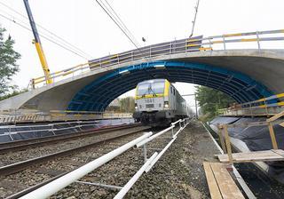 Très spécifique aux ponts en arc surplombant la voie ferrée entre Erpe-Mere et Wetteren est le coffrage métallique d'Infrabel