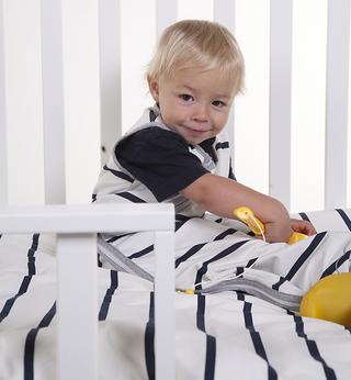 Un bleu indigo moderne et des rayures marines classiques couleur crème constituent la base de la collection de textile Jersey Marin de Childhome, composée de jersey très doux et de coton terry