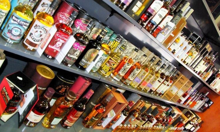 Walter verkoopt vooral de volgende drie spirits waarin hij zich eveneens gespecialiseerd heeft: whiskey, rum en gin; en een beetje minder porto en cognac