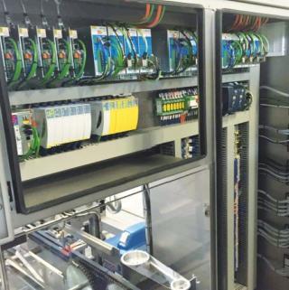 De in het frame van de ARX4 geïntegreerde besturingskast met C-Dias I/O, geïntegreerde safety, c-ipc en het modulaire Dias Drive systeem van SIGMATEK, aangestuurd over de op ethernet gebaseerde hard real-time VARAN highspeedbus