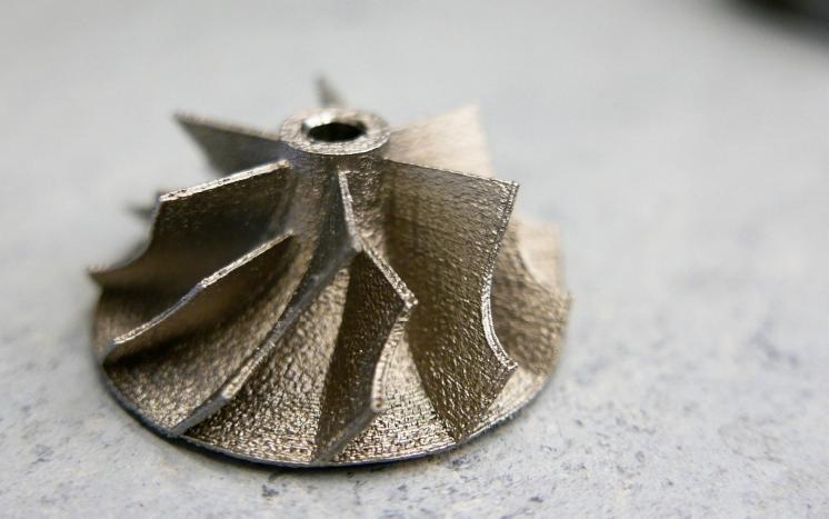 Het Duitse LMI, spin-off van Fraunhofer ILT, heeft een lowcost 3D-metaalprinter ontwikkelddie met poederbedtechnologie dit soort onderdelen kan produceren