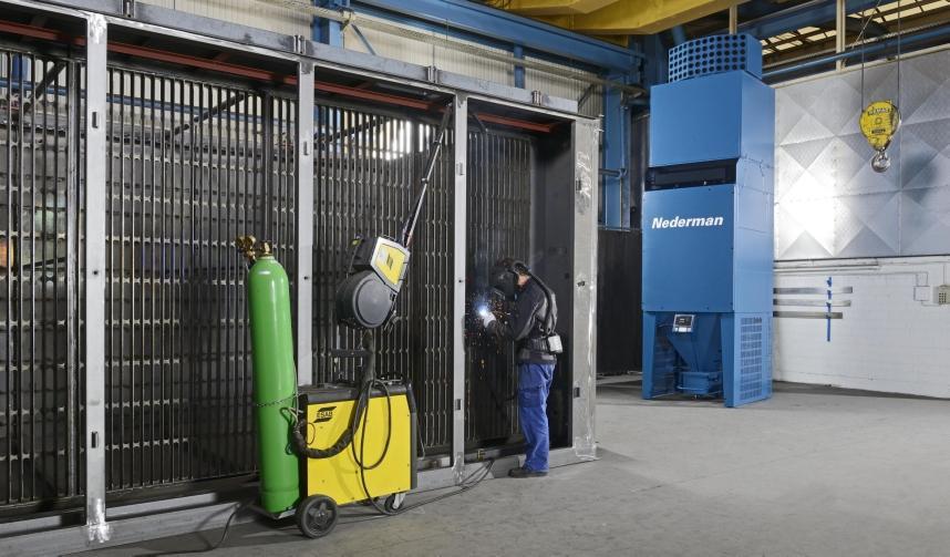 In sommige gevallen, zoals in een werkplaats zonder vaste werkstations, is de enige mogelijkheid persoonlijke bescherming met filter en overdrukmaster, in combinatie met een ruimtelijk reinigingssysteem