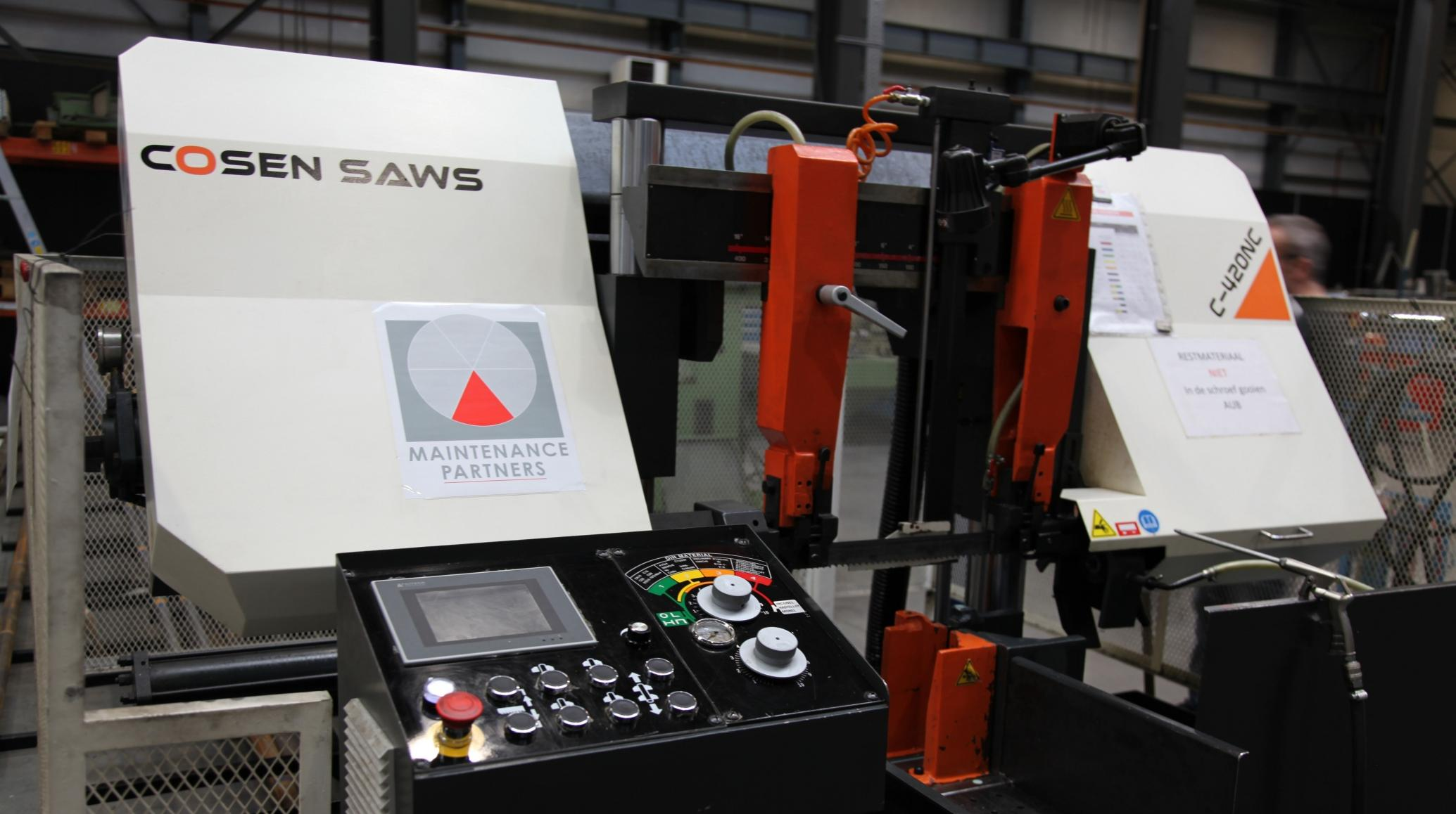 De nieuwe Cosen bandzaagmachine, geleverd door Buhlmann bij Maintenance Partners, is eenvoudig te bedienen