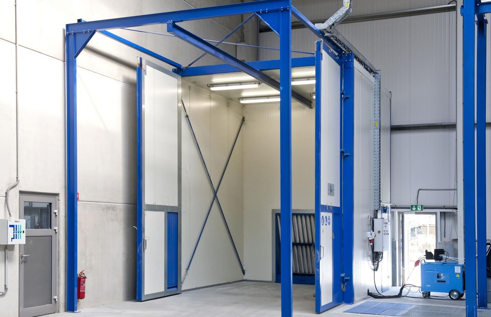 De ultramoderne metallisatiecabines garanderen een milieuvriendelijke werkomgeving voor de operator
