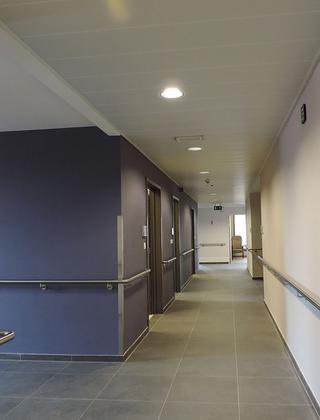 """WZC De Maaspoorte te Maaseik: nieuwbouw met 64 ROB- en 56 RVT-bedden, drie bedden in kortverblijf, een dagzorgcentrum en een zorgloket. """"Om de grootschaligheid van een project niet meer te merken, denken we na over de lengte van de gangen en hoe we er rustpunten of een ritme kunnen in brengen"""""""