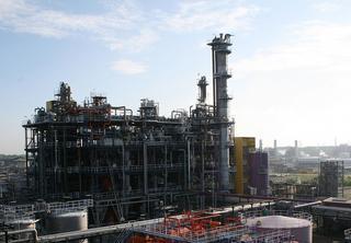 In deze fabriek in Rotterdam-Botlek maakt Huntsman Holland methyleendifenyldi-isocyanaat (MDI), een van de bouwstenen van polyurethaan. In 2015 werd een nieuw besturingssysteem in gebruik genomen