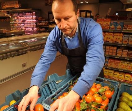 Rik Mannens zorgt er zelf voor dat de dagverse groenten en fruit er aantrekkelijk bij liggen.