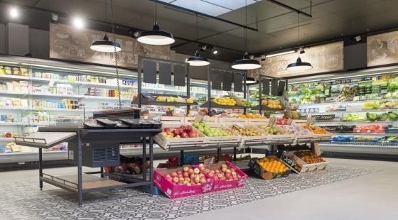 Deze groenten en fruit liggen op schuin aflopende meubels van Wanzl, die gemaakt zijn uit duurzame materialen en vooral de producten zelf laten spreken om het 'verse' te benadrukken