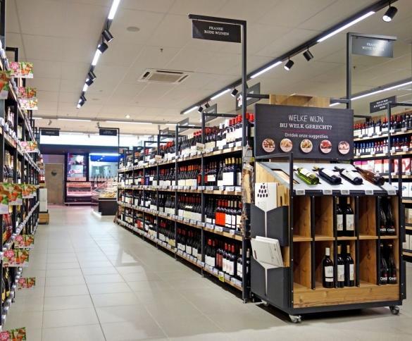 Donkere winkelrekken met een houten afwerking zoals deze van Gondella geven de wijnafdeling een warme en exclusieve uitstraling