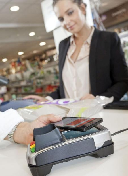 CCV gelooft sterk in mobiel betalen. Het bedrijf zit dan ook  volop in een testfase om vanaf deze zomer mobiele betalingen mogelijk  te maken met zijn terminals. Dat in samenwerking met de verschillende  mobiele betaalschema's
