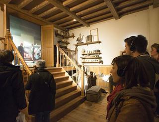 Door middel van een audiogids werden de deelnemers rondgeleid door enkele van de zeven gethematiseerde zalen zoals het atelier van meester-schilder Van Eyck