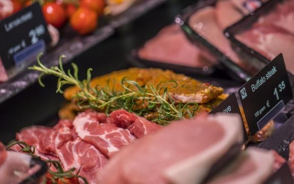 De consument wil de puurheid zien van het vlees. De trend van het gebruik van rode verlichting om het vlees er roder te laten uitzien, is voorbij
