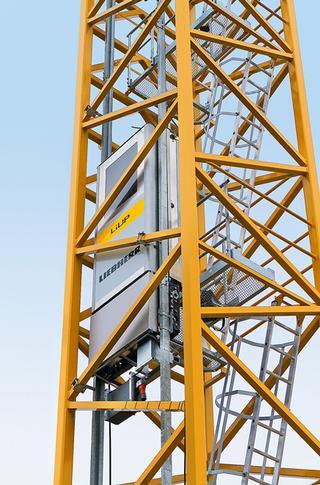 Lift, aan de binnenzijde van de mast gemonteerd