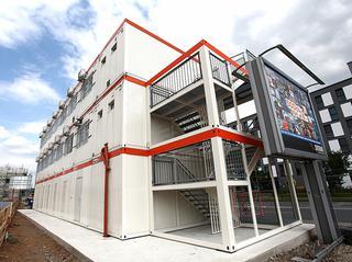 En assemblant les conteneurs, on obtient des unités pouvant s'élever jusqu'à trois étages