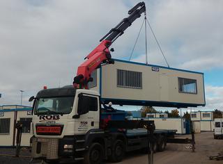 Grâce à la grue et au système de suspension, les conteneurs sont installés en un minimum de temps sur chantier