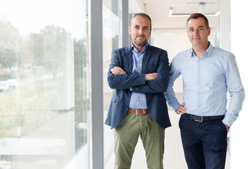 Neven Joeri (links) en Jo (rechts) Beneens staan als derde generatie aan het hoofd van Bouwbedrijf Beneens (foto © Kurt Liefsoons)