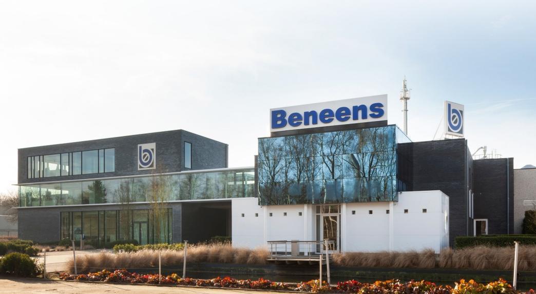 Le nouvel immeuble de bureaux de Beneens, à gauche, fait office de projet de référence pour les activités de l'entreprise en CLT (photo © Liesbet Goetschalckx)