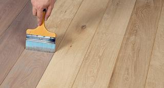 Avant d'appliquer une couche de protection, le parquet peut être enduit de la couleur voulue