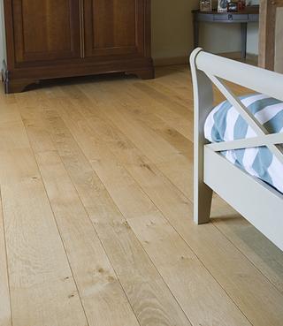 Les effets bois vieilli, ou plus sobres, mats, voire incolores incarnent les principales tendances actuelles